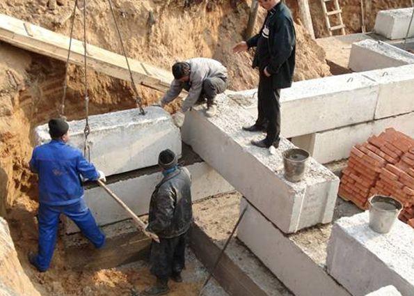 Ленточный фундамент из бетонных блоков