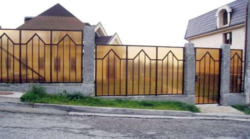 Забор из поликарбоната (фото): преимущества материала, этапы монтажа