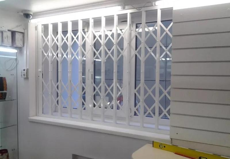 Металлические раздвижные решетки на окна (фото): виды, преимущества и недостатки, монтаж