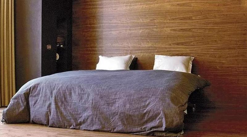 Обои из шпона (деревянные обои): преимущества и недостатки, особенности оклеивания стен