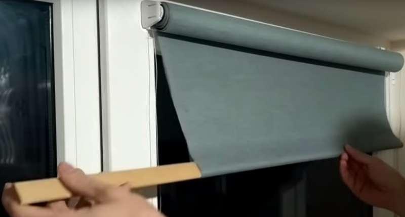 Установка рулонных штор на пластиковые окна – особенности работ без использования инструментов