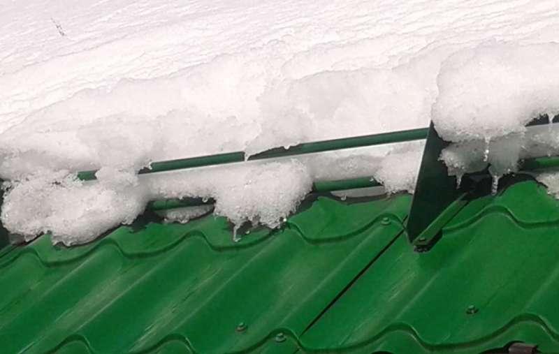 снег на снегозадержателе